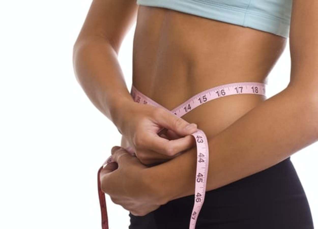 A women measuring her body
